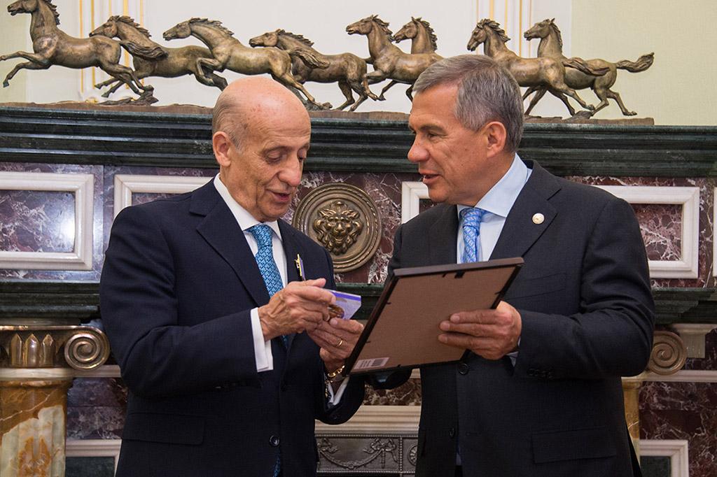 Рустам Минниханов вручил руководителям FINA награды Республики Татарстан
