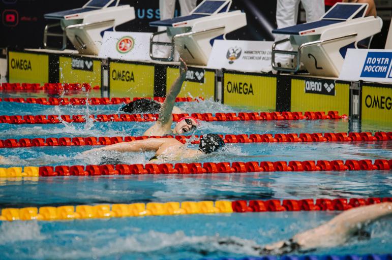 Яна Курцева Россия чемпионатында 800 метр араны ирекле стиль белән йөзүдә җиңү яулады